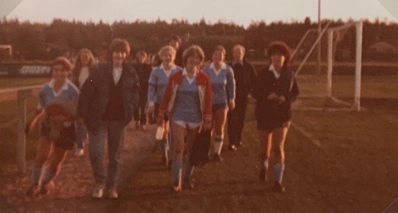 A-lag kvinner på vei tilbake til Hospitset, etter en overbevisende 3-2 seier mot Skiold i Fredrikshavn i 1980