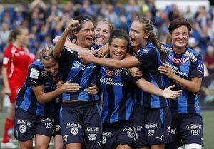 Røa - Stabæk 1-2, kaptein Pedersen scoret begge og hylles av lagvenninner, inkludert Toppfotballsjef Lise Klavenes.