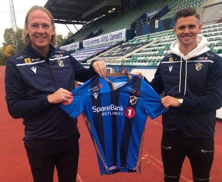 Sportssjef Torgeir Bjarmann viser frem klubbens nye signering.