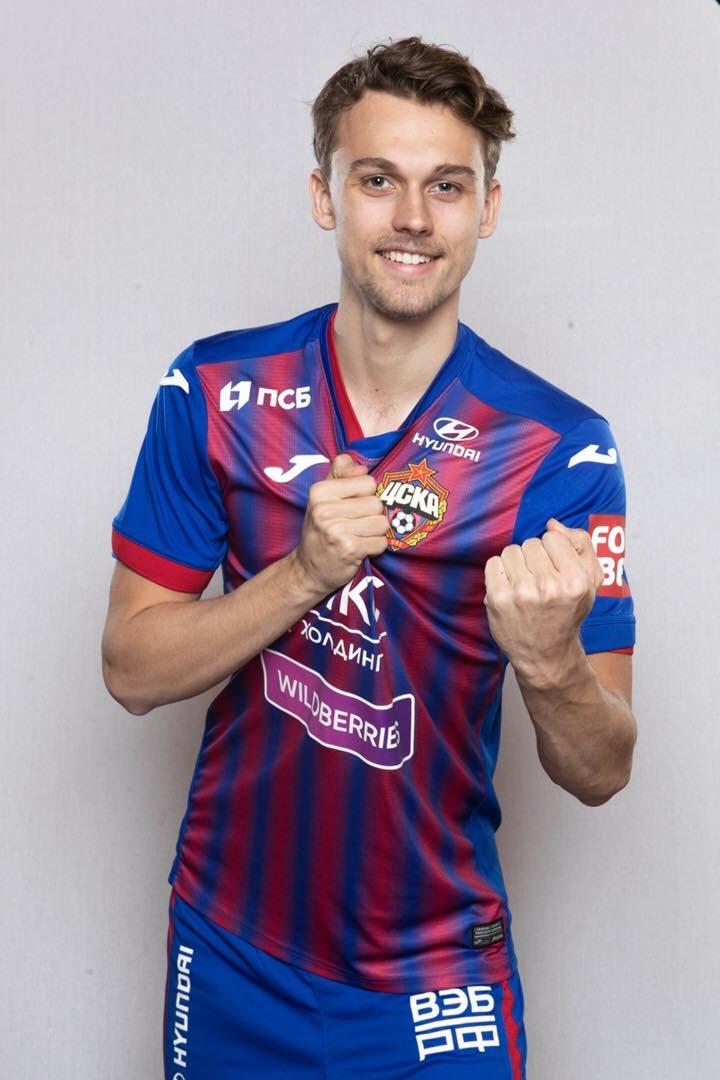 KLAR FOR CSKA MOSKVA: Emil Bohinen poserer i sin nye drakt. Foto: CSKA Moskva