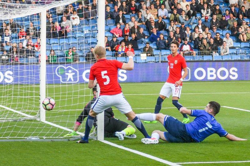 Her scorer Hanche-Olsen. Foto: Kristian Bjerke