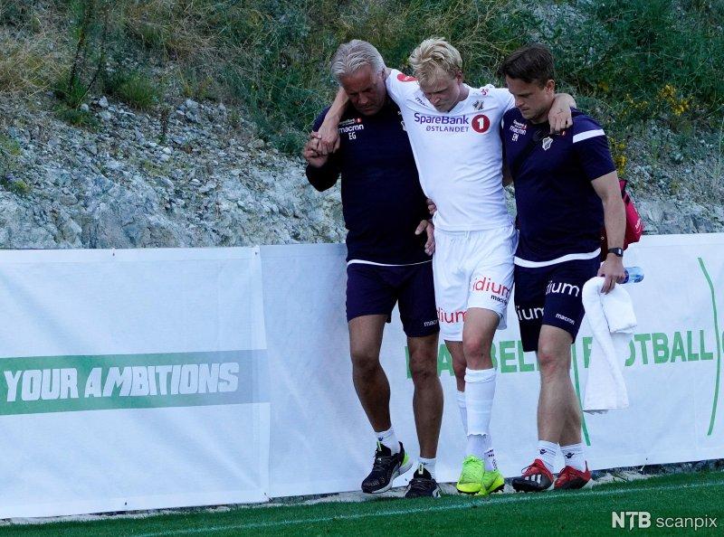 Her blir Jeppe hjulpet av banen i Marbella. Keepertrener Espen Granli t.v. Fysioterapeut Erik Moen t.h.