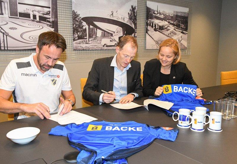 Her signerer Stabæk og Backe den nye avtalen. F.v. Jon Tunold, Eirik Gjelsvik og Anne-Birgitte Svae-Kvifte